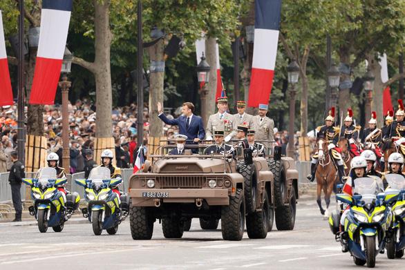 Người Pháp biểu tình phản đối hạn chế phòng dịch COVID-19 trong ngày Quốc khánh - Ảnh 10.