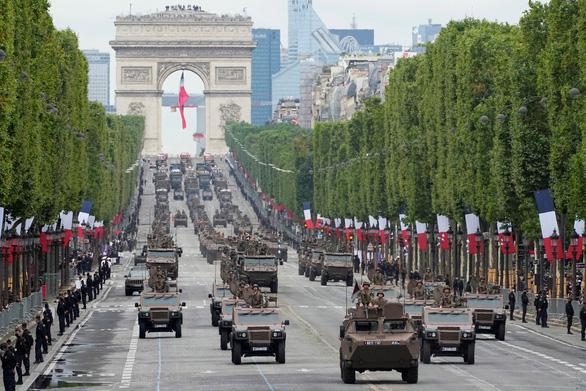 Người Pháp biểu tình phản đối hạn chế phòng dịch COVID-19 trong ngày Quốc khánh - Ảnh 7.