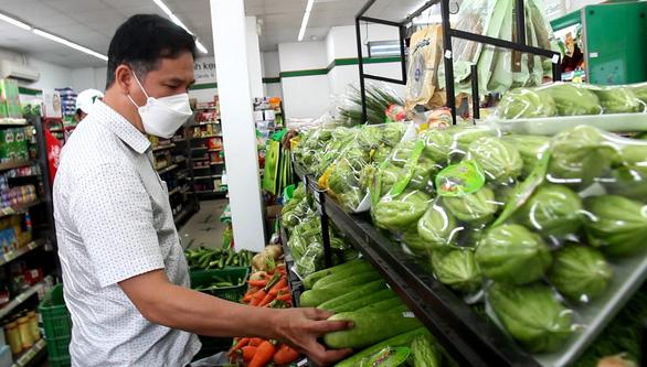 Sở Công thương TP.HCM kiểm tra các siêu thị, cửa hàng tại khu phong tỏa - Ảnh 4.