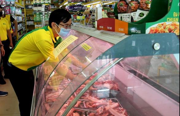 Sở Công thương TP.HCM kiểm tra các siêu thị, cửa hàng tại khu phong tỏa - Ảnh 3.