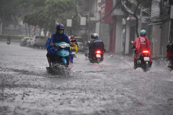 TP.HCM mưa trắng trời, nhân viên trực chốt đẩy xe dân qua chỗ ngập - Ảnh 5.