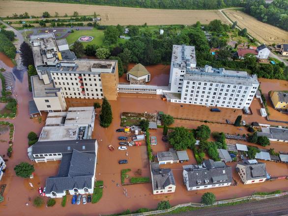 Chùm ảnh mưa lũ lớn trăm năm có một ở châu Âu khiến ít nhất 110 người chết - Ảnh 7.
