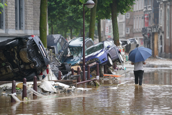 Chùm ảnh mưa lũ lớn trăm năm có một ở châu Âu khiến ít nhất 110 người chết - Ảnh 8.