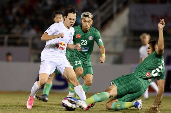 Chủ tịch CLB Hải Phòng đề xuất có thể trao cúp vô địch V-League 2021 cho Hoàng Anh Gia Lai - Ảnh 1.