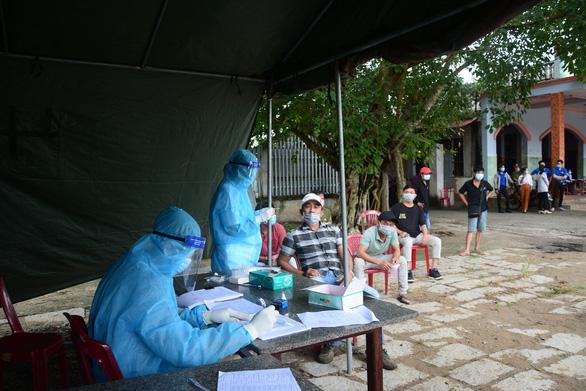 Sau lùm xùm, Bình Thuận lên phương án hỗ trợ người dân từ vùng dịch trở về - Ảnh 1.