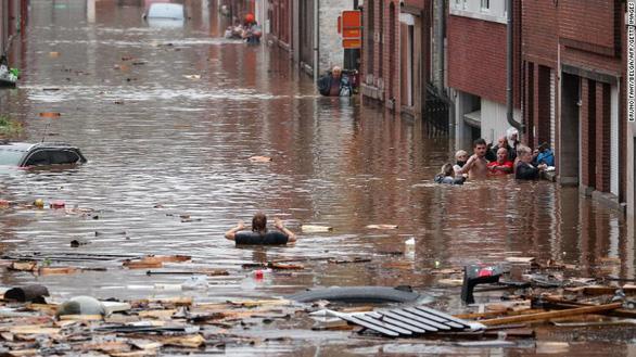 Chùm ảnh mưa lũ lớn trăm năm có một ở châu Âu khiến ít nhất 110 người chết - Ảnh 3.