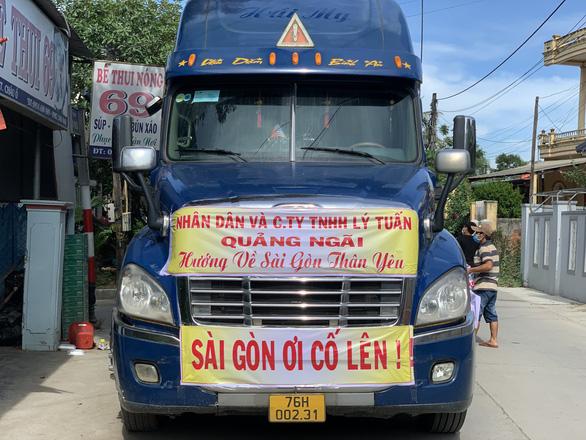 Bà con Quảng Ngãi gom rau góp thịt đưa lên xe gửi vào TP.HCM - Ảnh 7.