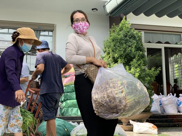 Bà con Quảng Ngãi gom rau góp thịt đưa lên xe gửi vào TP.HCM - Ảnh 1.