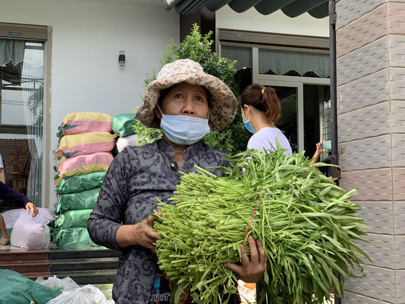 Bà con Quảng Ngãi gom rau góp thịt đưa lên xe gửi vào TP.HCM - Ảnh 4.