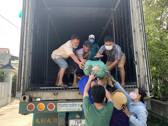 Bà con Quảng Ngãi gom rau góp thịt đưa lên xe gửi vào TP.HCM - Ảnh 6.