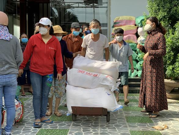 Bà con Quảng Ngãi gom rau góp thịt đưa lên xe gửi vào TP.HCM - Ảnh 5.