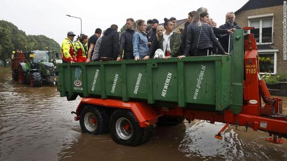 Chùm ảnh mưa lũ lớn trăm năm có một ở châu Âu khiến ít nhất 110 người chết - Ảnh 4.