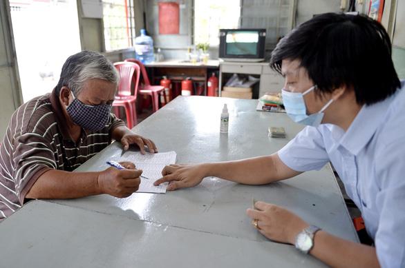 Tiền hỗ trợ đã đến tay 212.000 lao động tự do ở TP.HCM - Ảnh 1.