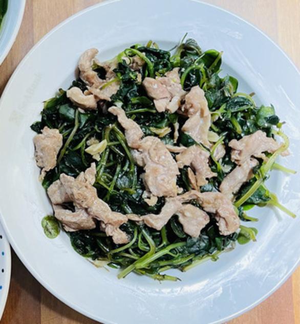 Thịt heo xá xíu - rau càng cua xào bò - canh cải nấu mọc - Ảnh 2.