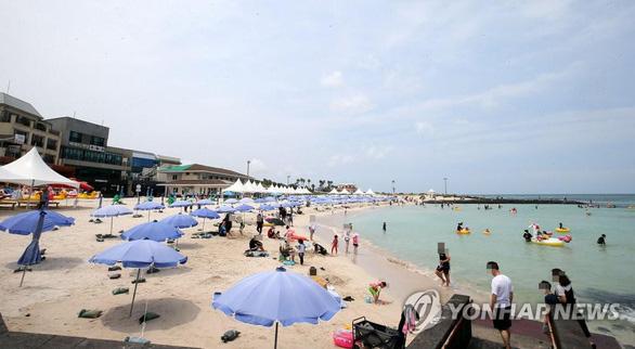 Du khách Hàn Quốc đổ ra đảo Jeju bất chấp dịch, 34.000 khách/ngày - Ảnh 1.