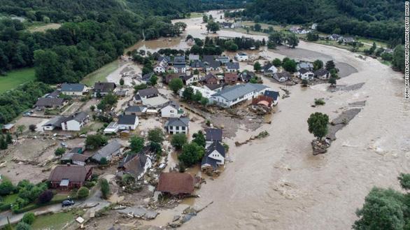Chùm ảnh mưa lũ lớn trăm năm có một ở châu Âu khiến ít nhất 110 người chết - Ảnh 6.