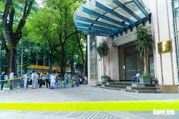 Phong tỏa gấp trụ sở Bộ Công thương do có cán bộ tiếp xúc với F0 - Ảnh 1.