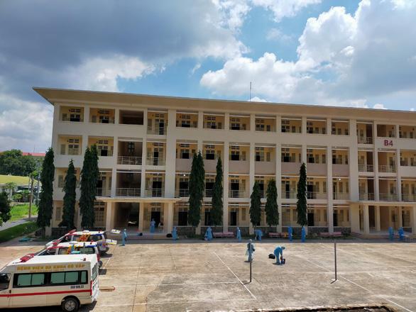 Các bệnh viện dã chiến và điều trị COVID-19 mong được chi viện xe cứu thương - Ảnh 1.