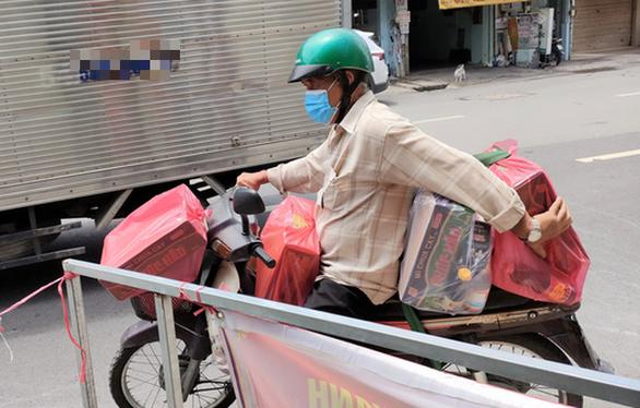 Nhiều quà tặng hỗ trợ các khu dân cư bị phong tỏa, người lao động khó khăn - Ảnh 2.