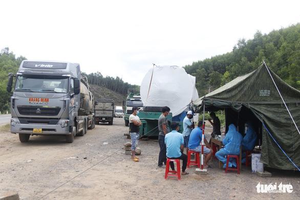 Không kiểm tra giấy xét nghiệm COVID-19 tài xế xe chở hàng trong nội tỉnh đang giãn cách - Ảnh 1.