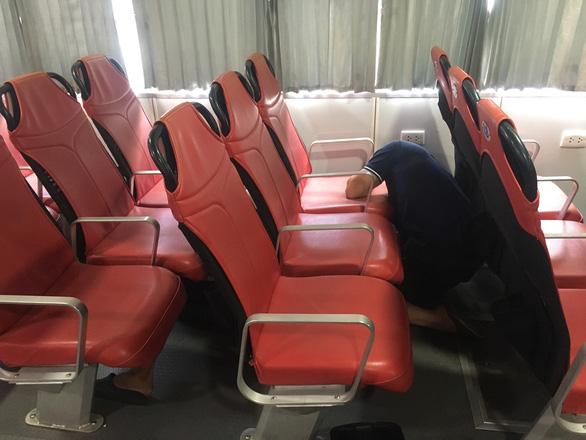 Tháo ghế tàu cao tốc để chở rau củ quả từ miền Tây lên TP.HCM - Ảnh 2.