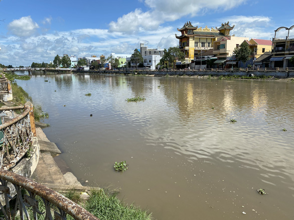 Nhiều dòng kênh tại trung tâm TP Sóc Trăng bị ô nhiễm - Ảnh 2.