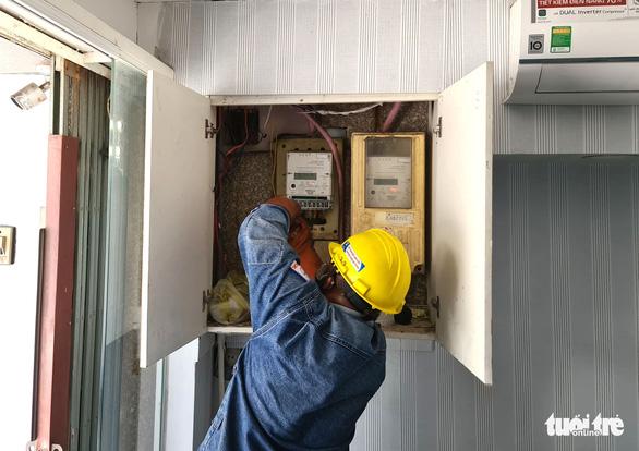HỎI - ĐÁP về dịch COVID-19: Trong vùng cách ly, khó đóng tiền điện đúng hạn, liệu có bị cắt điện? - Ảnh 1.