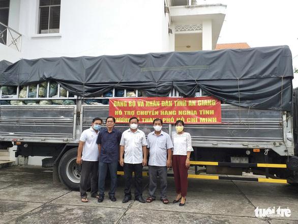 70 tấn gạo, rau củ quả từ An Giang xuyên đêm tiếp tế TP.HCM - Ảnh 1.