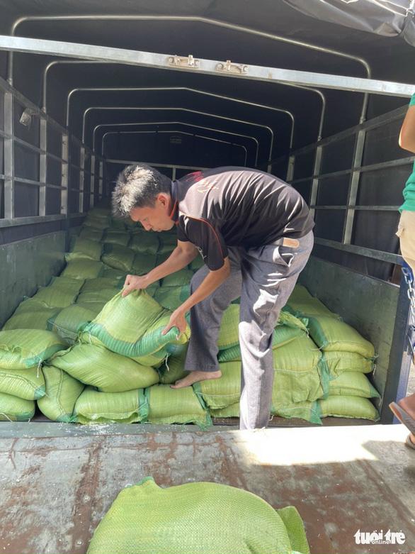 70 tấn gạo, rau củ quả từ An Giang xuyên đêm tiếp tế TP.HCM - Ảnh 3.