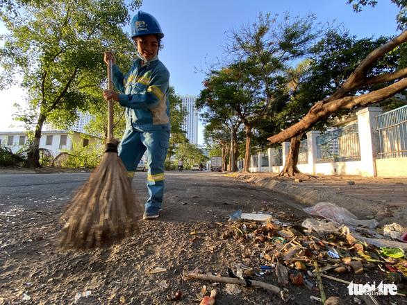Niềm vui của công nhân môi trường được trả nợ lương - Ảnh 2.
