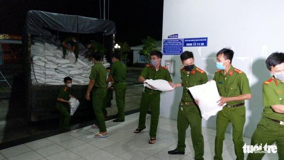Công an An Giang tặng 110 tấn gạo cho người nghèo - Ảnh 2.