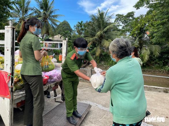 Công an An Giang tặng 110 tấn gạo cho người nghèo - Ảnh 3.