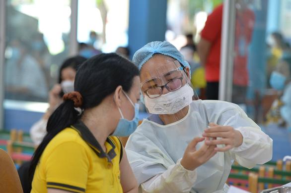 Bộ Y tế ban hành bộ tiêu chí cơ sở an toàn tiêm chủng vắc xin phòng COVID-19 - Ảnh 1.
