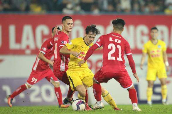 Tranh cãi về  V-League 2021 lùi đến tháng 2-2022: Khó xử giữa đội tuyển và CLB - Ảnh 1.