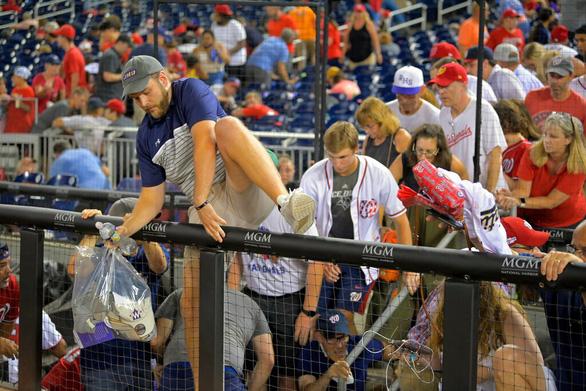 Hàng ngàn khán giả bỏ chạy tán loạn khi đang xem bóng chày ở Mỹ vì súng nổ - Ảnh 3.