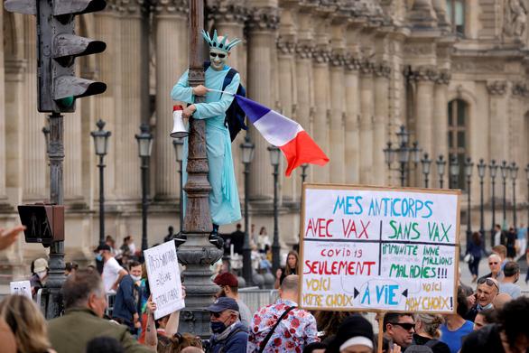 Hàng chục ngàn người Pháp xuống đường phản đối phải có giấy chứng nhận tiêm vắc xin - Ảnh 1.