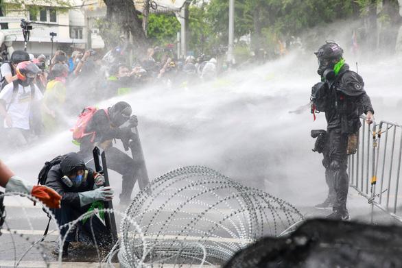 Cảnh sát Thái Lan đụng độ người biểu tình - Ảnh 1.