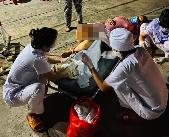 Nhân viên trực chốt COVID-19 kịp đỡ đẻ ngay cổng viện, em bé nặng 3,7kg - Ảnh 1.