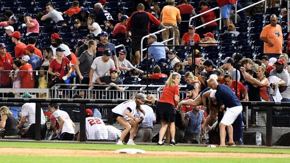 Hàng ngàn khán giả bỏ chạy tán loạn khi đang xem bóng chày ở Mỹ vì súng nổ - Ảnh 4.