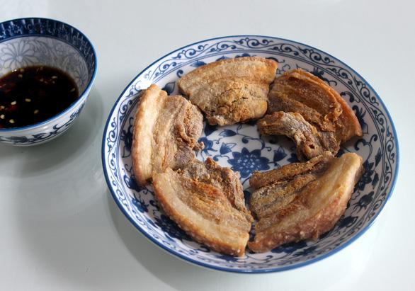 Thịt ba rọi chiên giòn không ngán - Canh khoai mỡ thịt bằm giảm... cân - Ảnh 2.