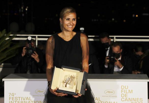 Bộ phim gây sốc nhất năm giành Cành Cọ Vàng ở Liên hoan phim Cannes 2021 - Ảnh 3.