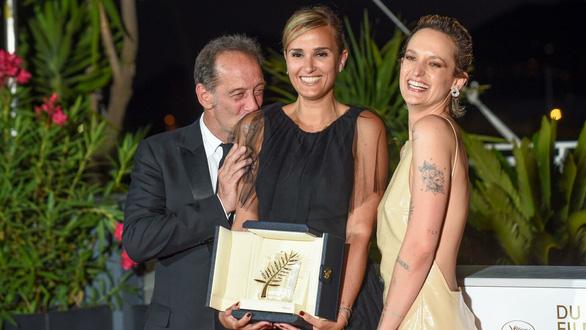 Bộ phim gây sốc nhất năm giành Cành Cọ Vàng ở Liên hoan phim Cannes 2021 - Ảnh 1.