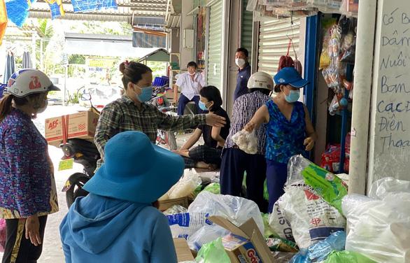 Không có siêu thị, thị xã Phú Mỹ mở chợ truyền thống trong thời giãn cách - Ảnh 1.