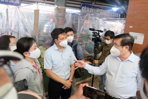 Chủ tịch UBND TP.HCM: Chợ quá đông có thể dời sạp ra ngoài, kẻ vạch để bán - Ảnh 2.