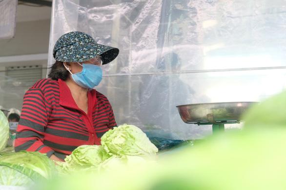 Tiểu thương chợ truyền thống TP.HCM niêm yết giá thực phẩm theo ngày - Ảnh 5.