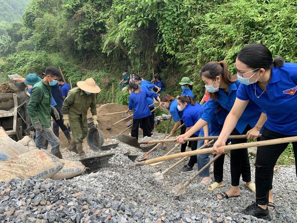 Đồng loạt trồng cây, xây cầu trong ngày cao điểm tình nguyện - Ảnh 3.