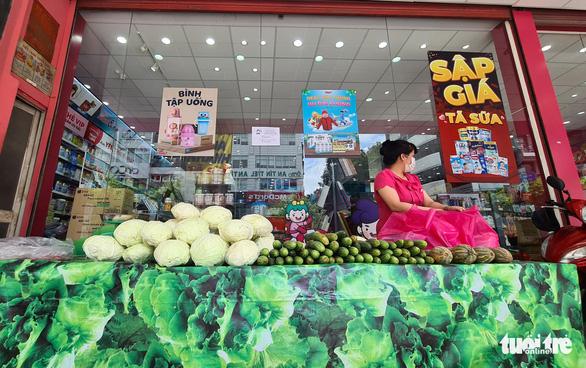 Cửa hàng mỹ phẩm, đồ trẻ em, nhà thuốc ra vỉa hè bán rau quả - Ảnh 4.