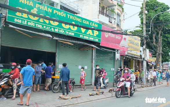 Tiểu thương chợ truyền thống TP.HCM niêm yết giá thực phẩm theo ngày - Ảnh 8.