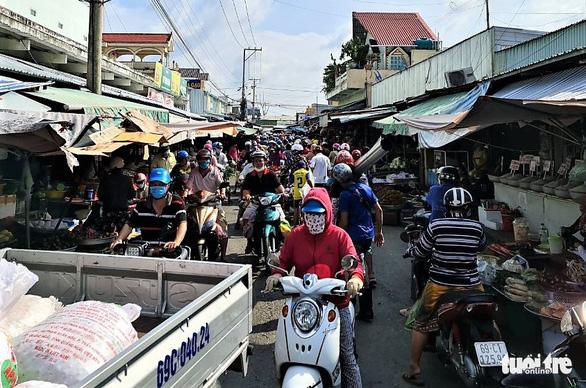 Dân mua hàng tăng đột biến trước giờ giãn cách, chủ tịch Cà Mau kêu gọi bình tĩnh - Ảnh 1.