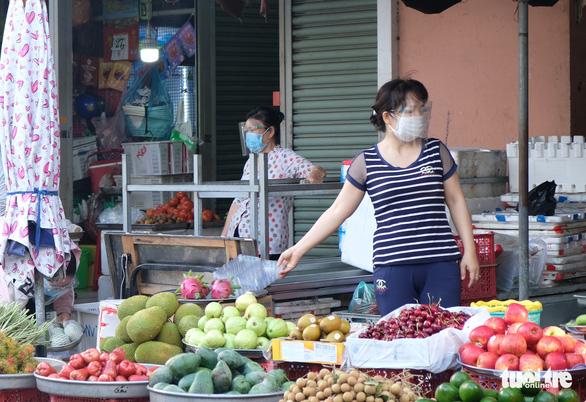 Tiểu thương chợ truyền thống TP.HCM niêm yết giá thực phẩm theo ngày - Ảnh 2.